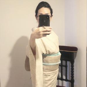 帯を変えて9回着た単衣 紬 単衣 椿模様 絹鼠(きぬねず)✖️ 夏帯 無地 茶鼠(ちゃねずみ)