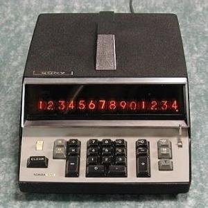 最初の電子機器との出会いは大型電卓