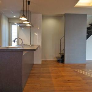 住友林業の注文住宅|アイアンウッドの階段でリビングの雰囲気が一転
