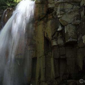 白藤の滝 ~雌阿寒岳から流れ落ちる柱状節理と褐色の滝~