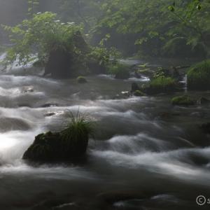 竜返しの滝 ~光芒が舞い降りる軽井沢の神秘的な滝~