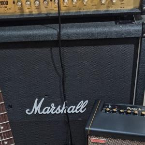 黒いボディーのギターは汚れが目立つ?