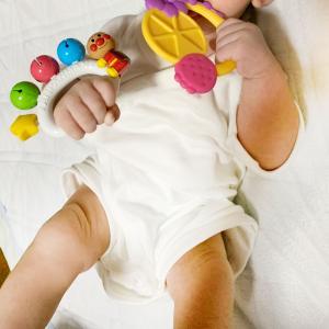 産後3カ月でハンドリガードが始まっ「ポコ」に、アンパンマンベビーフレンドベルの鈴と、固め赤ちゃん用をゲットしました♪