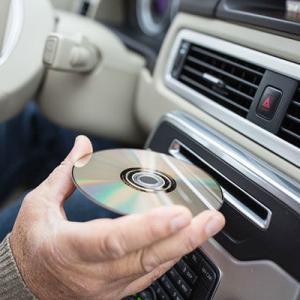 【悲報】新車から「CD/DVDプレーヤー」は消える…  もはや不要なのだろうか・・・・