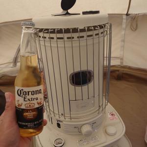 コロナストーブにあたりながらコロナビールで乾杯。風評被害ってどうなん?