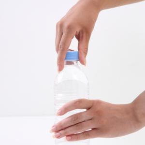 ペットボトルの蓋があかない!そんなときにキャップを楽に外す便利道具とは…?
