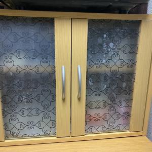 ダイソーの「窓ガラス 目かくしシート」を使って食器棚リメイク
