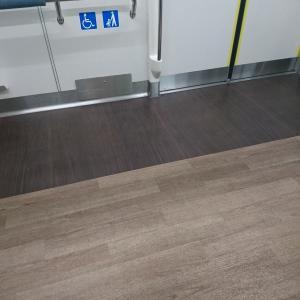 電車の床が素敵だった件