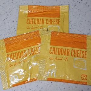 マクドナルド・シャカチキのチーズのお粉をサラダにかけるとおいしかった!
