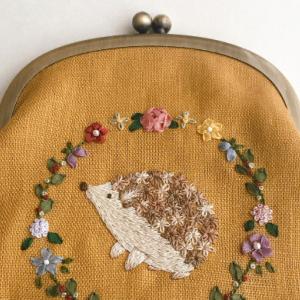 ハリネズミ×リボン刺繍お花のリースのがま口
