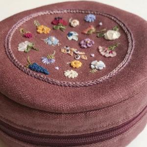 【Creema出品中】小花のリボン刺繍でまんまるポーチ