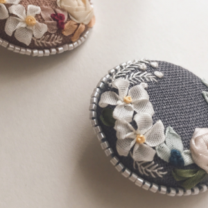 リボン刺繍のくるみボタンブローチ&ヘアゴム