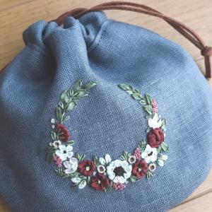 リボン刺繍で小花のリース巾着