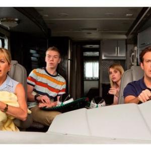 映画 無料 動画 なんちゃって家族 キャスト:ジェニファー・アニストン、ジェイソン・サダイキス、エマ・ロバーツ、ウィル・ポールター、ニック・オファーマン、キャスリン・ハーン<br />