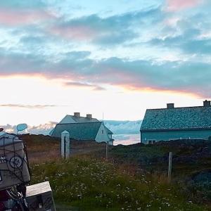 ヨーロッパ本土最北端、ガンビクのスレットネス灯台で北極海に臨む