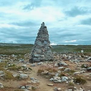 ノルウェーの北極線内側にひっそりと佇むピラミッド