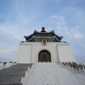 【台湾旅行】中正紀念堂のスケールの大きさと幻想的なライトアップを見てきました