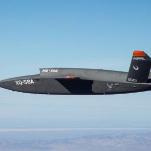 世界中へ即展開、コンテナ1つでステルス無人戦闘機「XQ-58」の打ち上げ&回収可能