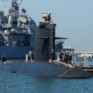 受けた損傷は修復不可能か、仏リュビ級原潜の火災は14時間後に鎮火