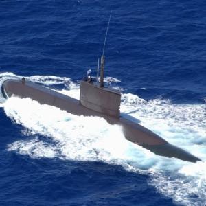 白昼の水上航行中になぜ? 韓国海軍の潜水艦が自動車運搬船と衝突