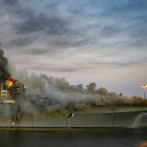 米海軍、廃艦処分になった強襲揚陸艦の火災を引き起こした容疑で水兵を起訴