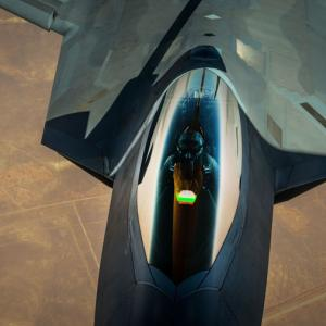 F-111の後継機を探すオーストラリア、ステルス戦闘機「F-22」の派生型「FB-22」復活を望む