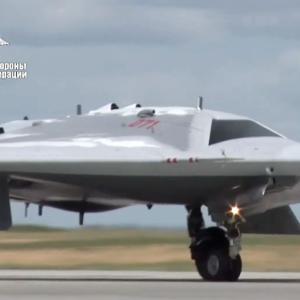 ロシア、無人戦闘機「S-70オホトニク」初飛行映像をYouTubeで公開
