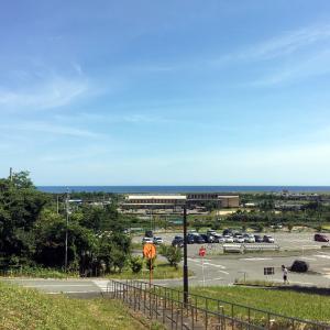 窓から見える水平線と青空、青い海