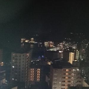 花火を見るスポットは会場周辺。伊東園ホテル熱海館に泊まって屋上から見るのが穴場です。