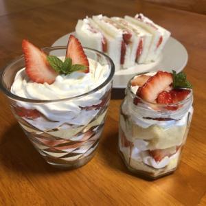 今日のデザートは苺パフェと苺の瓶ケーキ♪そしてフルーツサンド♪