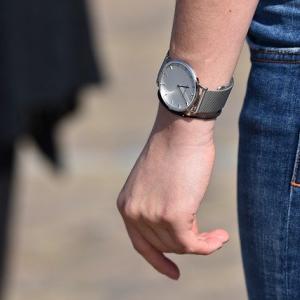 結婚指輪と腕時計を外して