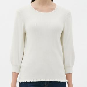 お尻が隠れない程度のちょうどいい丈の使い勝手のいいセーター