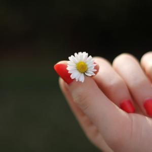 忘れがちな手のケア、実は美容の重要ポイント!?