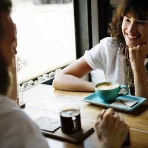 女性との関係を変えたいときに男性が座るべきベストな位置を知るカギ