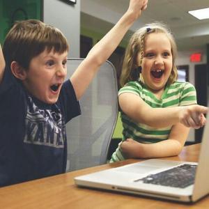 子供がYouTuberになりたいと言ったら?YouTuberの仕組みや収入を考えてみた