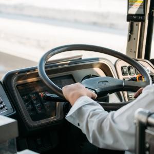 【大入り】キャンパスをつなぐ再履バスとは? 学内連絡バスや再履バス同好会について紹介!
