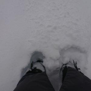 長靴まで埋まる雪