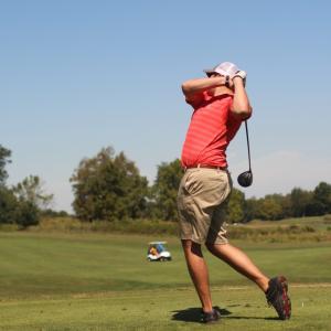 【ゴルフ初心者】スイングで左肘が曲がる原因は?伸ばす方法を解説!