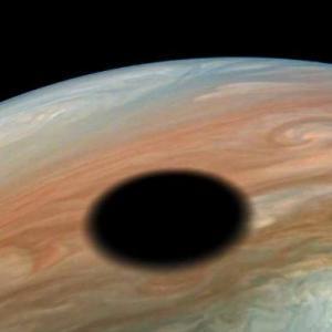 木星に出現した巨大な「黒い穴」、どうやって出来たの?