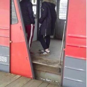 ロシアを走るドアが壊れたままの電車がすごいやばい 予想の斜め上を行く締まり方に「仕様です」「それでいいのか!?」