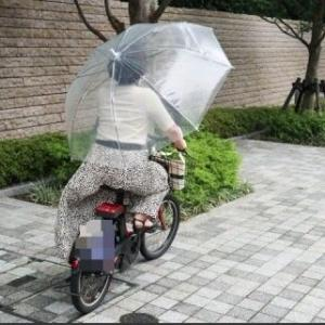 危険な「傘さし運転」が増える季節か…法律上「罰金5万円」になる可能性あり