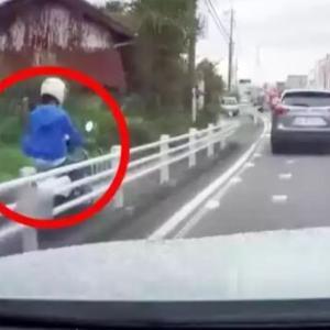 時速40km以上で歩道を爆走するバイクが撮影される!
