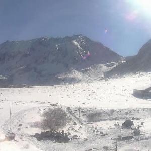 雪の立山とホトトギスたち。