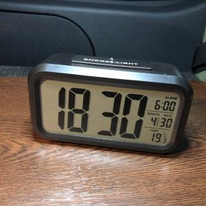 暗い場所でも視認性抜群!車中泊で便利な電池式バックライト自動点灯機能付き置時計