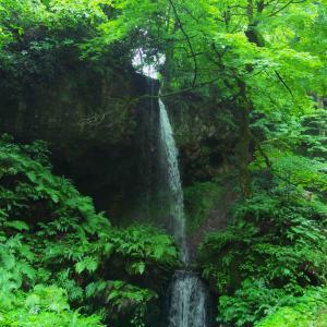 白玉の滝 新潟市秋葉区にあり冬には滝行もやっている