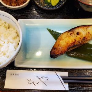 2か月ぶりに訪問したら、メニューもシステムも変わっていてビックリ。 #新橋 の #割烹 「 #活魚料理ととや 」の「 #ぎんだら西京焼き 」をご飯小・味噌汁大盛で