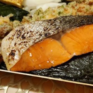 久しぶりに出動した「 #ウーバーお父さん 」。 #駅ナカ の「 #刷毛じょうゆ #海苔弁 #山登りエキュート上野店 」でワンランクアップの「 #紅鮭海苔弁 」