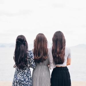 若い女性の艶々した髪を取り戻すため、おススメのヘアオイルはミジャンセン