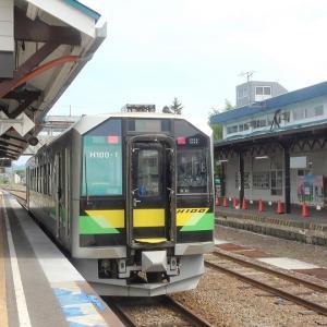 倶知安駅ホームでH100形《DECMO》を撮影
