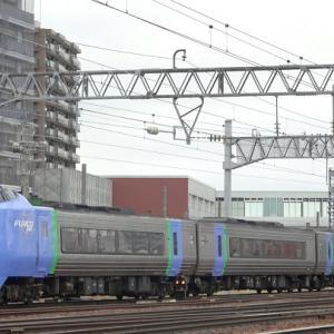 苗穂運転所から札幌駅への送り込み回送と増結された特急列車を撮影